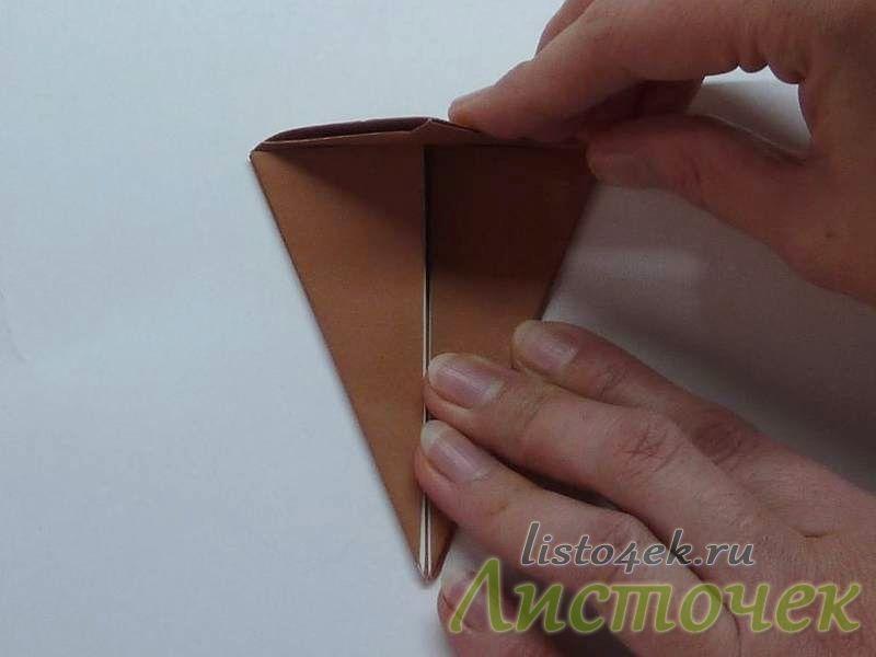 Верхний треугольник загибаем к центру