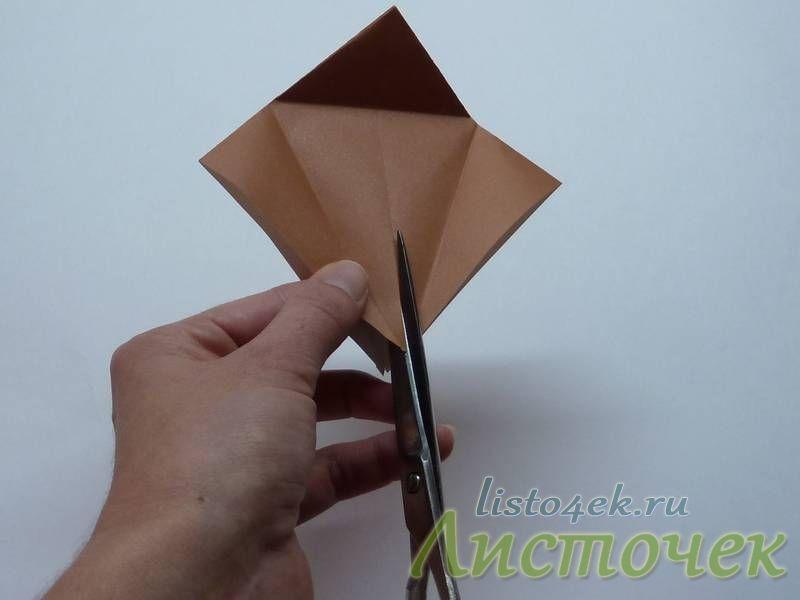 Берем ножницы и разрезаем верхний слой по центральной линии сгиба до ее пересечения с горизонтальной линией
