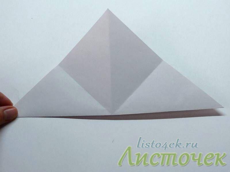 Складываем лист опять пополам, совмещая другие противоположные углы
