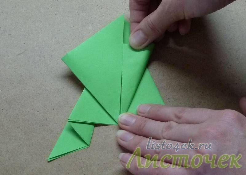 Правый угол получившегося квадрата загибаем к центру следующим образом