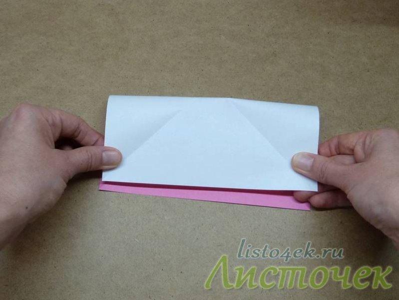 Сворачиваем лист, совмещая противоположные стороны квадрата изнаночной стороной наружу