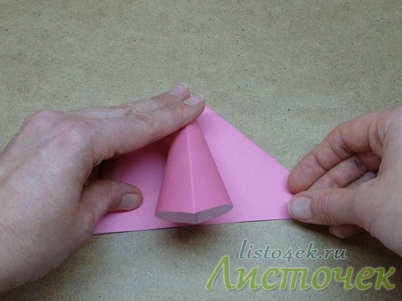 4. Раскрываем треугольник и начинаем расплющивать его по линиям сгиба