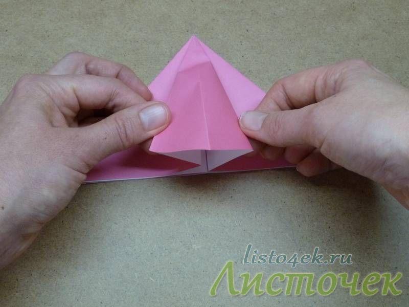 Раскрываем треугольник и начинаем расплющивать его по линиям сгиба