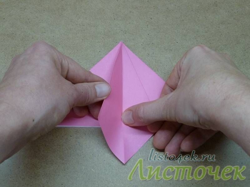 5. Среднюю линию сгиба продавливаем внутрь и отворачиваем левый треугольник направо
