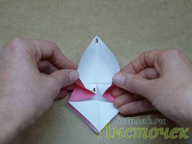 12. Треугольники 1 и 2 загибаем на изнаночную сторону, и как бы растягиваем точки 3 и 4. Точку 3 тянем к верхнему углу, а точку 4 - вниз