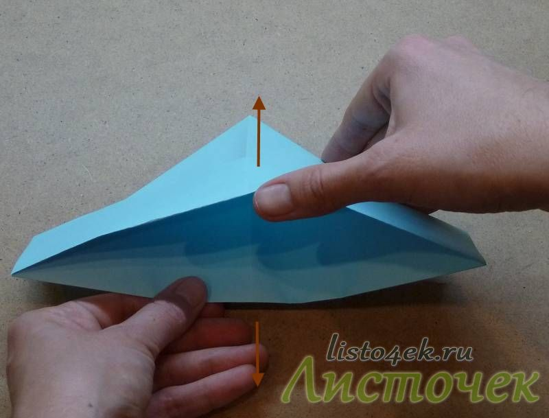 Получившуюся фигурку раскрываем снизу и растягиваем за середины, как показано на фотографии