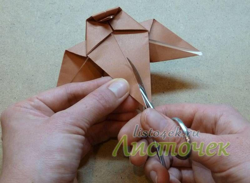 Для формирования лапок нижний угол на верхнем слое немного разрезается с помощью ножниц