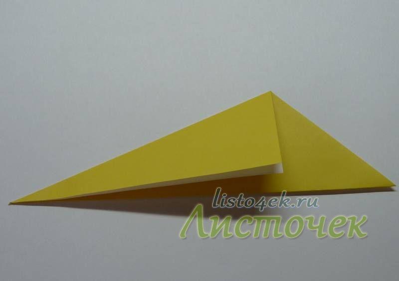 Верхнюю сторону треугольника совмещаем с нижней стороной, деля нижний угол пополам