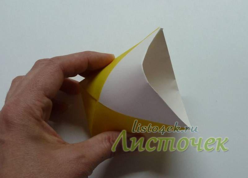Придаем форму стакана, для этого раздвинем бока фигурки