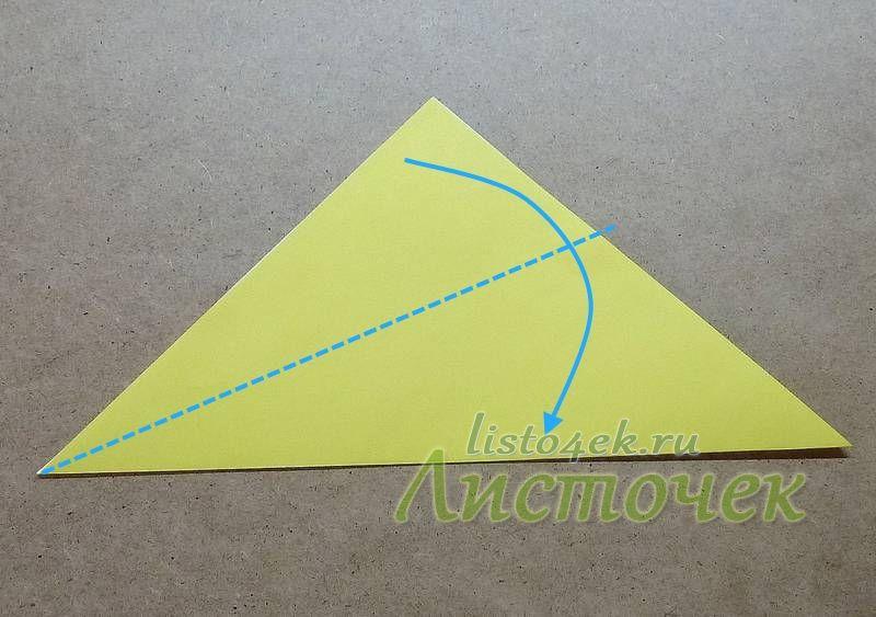 Верхний слой получившегося треугольника загибаем вниз, совмещая стороны