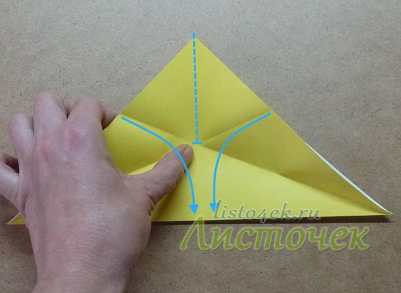 Получаем следующую структуру сгибов. Необходимо сделать еще один сгиб по центру долиной (на фото пунктирная линия) до пересечения предыдущих сгибов