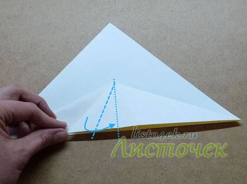 Левую сторону полученного треугольника загибаем к центру