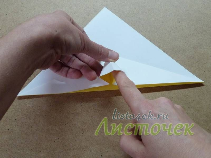 По полученным линиям сгибов расплющиваем треугольник, как показано на фото