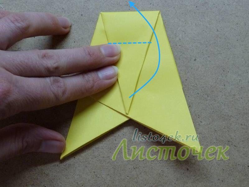 Верхний треугольник делим примерно на три части и 2/3 отгибаем вверх