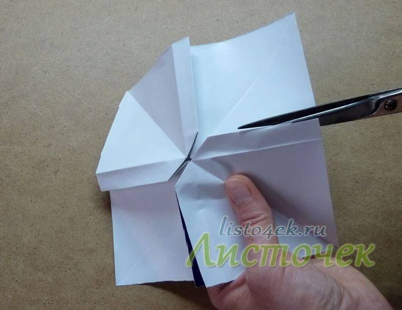 Переворачиваем модель на изнаночную сторону и делаем ножницами надрезы по линиям сгиба (штрих пунктирные линии) до красных меток