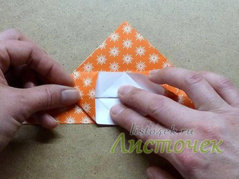 Верхний слой отгибаем вниз, при этом с двух сторон необходимо сформировать равносторонние треугольники