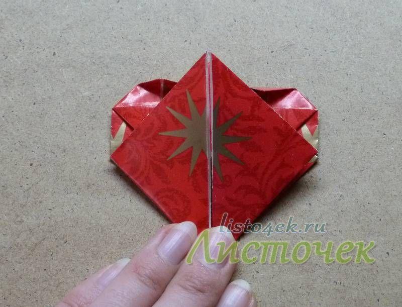 Загибаем нижние углы к вершине треугольника
