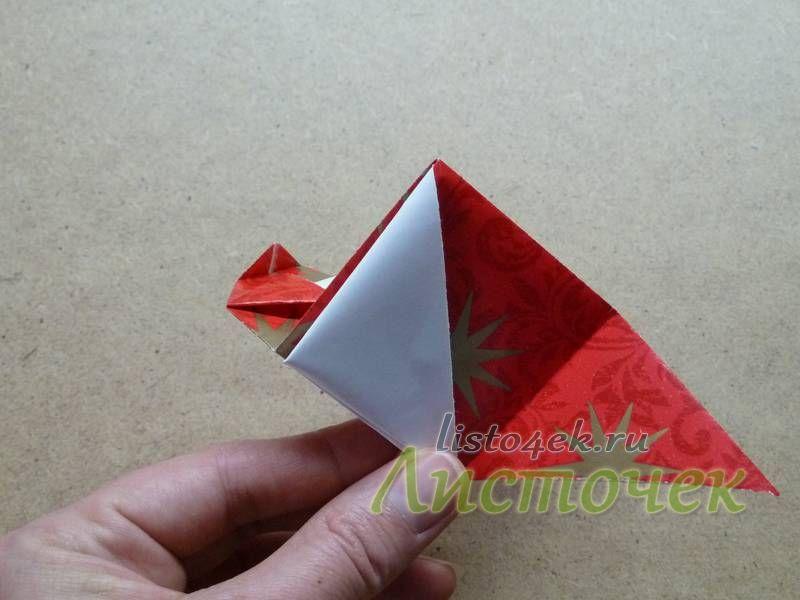 По получившимся ранее линиям сгиба загибаем эти углы опять вверх, но уже поверх фигурки, выворачивая треугольник на изнаночную сторону