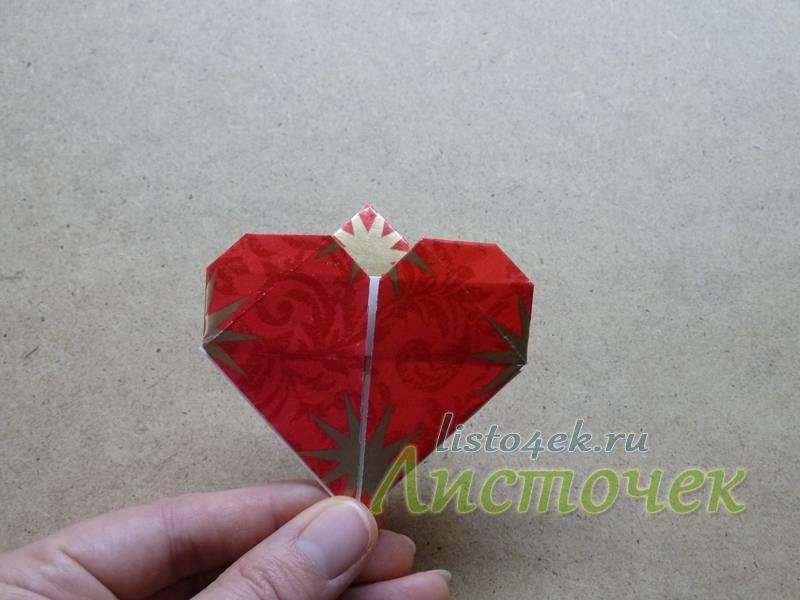 Точно так же загнув и второй уголок, мы получим вот такую закладку - сердце.