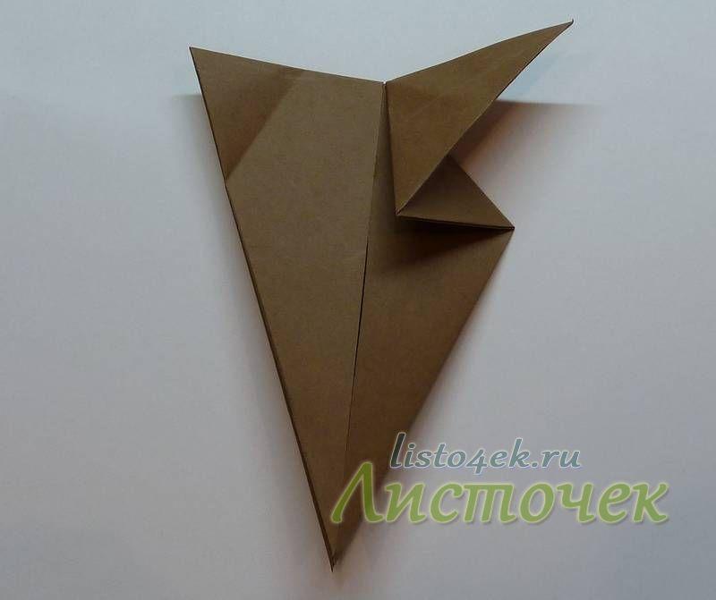 При сгибании этих углов, часть треугольника, находящегося за фигуркой, желательно вытащить вперед