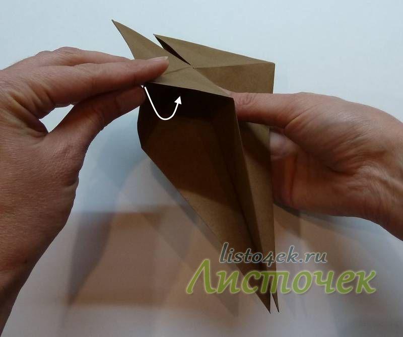 Поворачиваем фигурку к себе левым боком, раскрываем верхний и нижний слои и заправляем отогнутый ранее угол внутрь