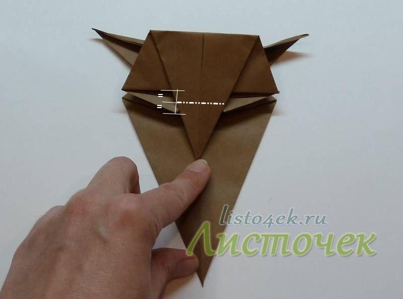 Теперь формируем клюв совы. Первая линия сгиба находится примерно посередине между нижним краем головы и глазом