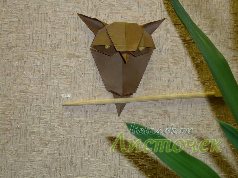Можно прикрепить к стене с помощью двухстороннего скотча небольшую веточку и на нее усадить спящую сову
