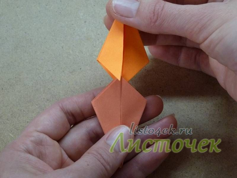 Вставлять сразу оба уголка в два кармашка обычно не получается. Поэтому сначала вставляем один уголок