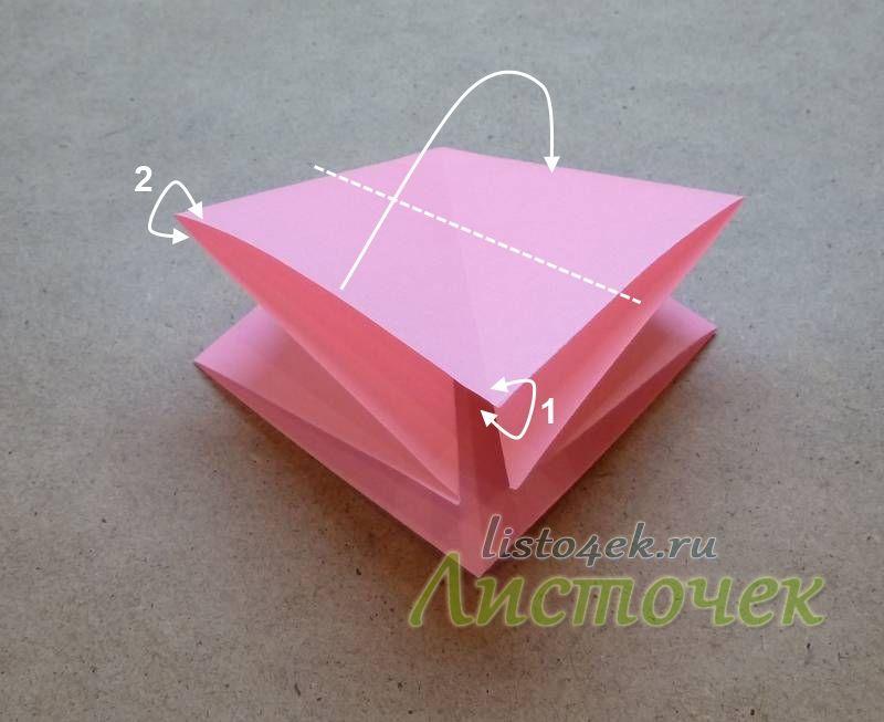 Располагаем фигурку вершиной вверх, открытой частью к себе. И сворачиваем как показано на фото. Обратите внимание: с левой стороны надо захватить весь двухслойный угол (2), а снизу захватываем только верхний слой (1)