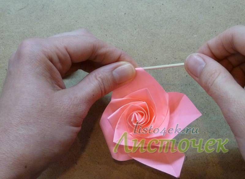 Наружные углы накручиваем на зубочистку, скрепку, палочку, карандаш (выбираем в зависимости от размеров розы)