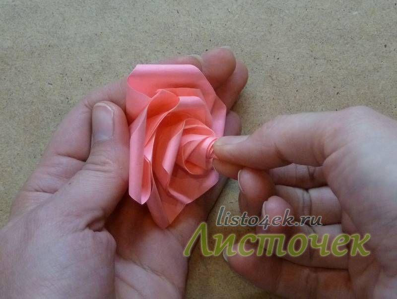 Опять немного подкручиваем бутон, окончательно формируя розу