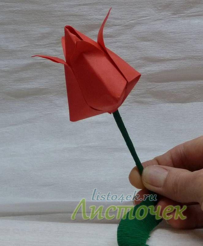 Стебель и листочки можно сделать из гофрированной бумаги. Проволоку или палочку обматывают полоской бумаги, прикрепляя при этом листья