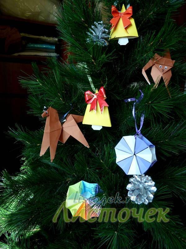 Новогодняя елка украшенная игрушками оригами