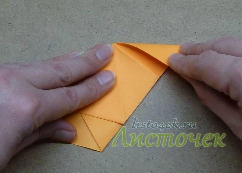 С поперечной линией сгиба совмещаем сторону верхней треугольной части фигурки