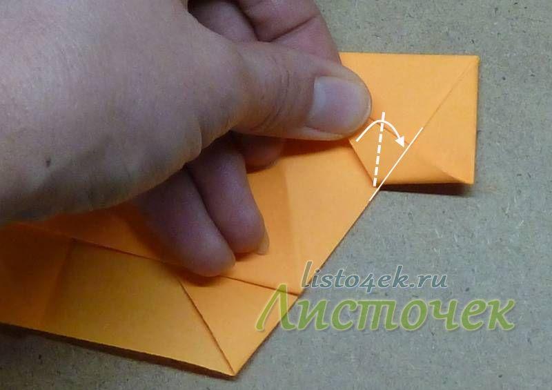 Продолжаем сгибать верхнюю треугольную часть фигурки по часовой стрелки, как показано на фото, пока она не закончится