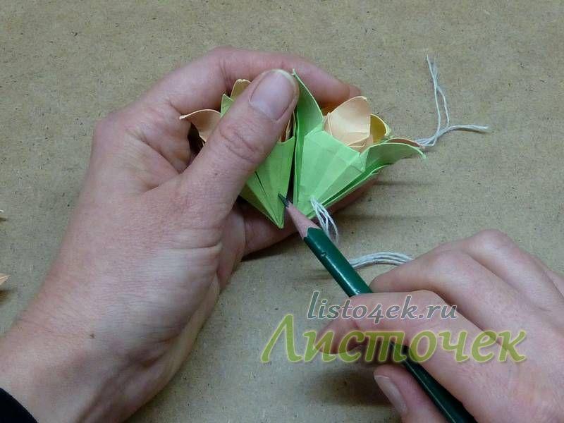 На следующий цветок переносим карандашом место прокола на первом цветке. Прокалываем второй цветок и так далее