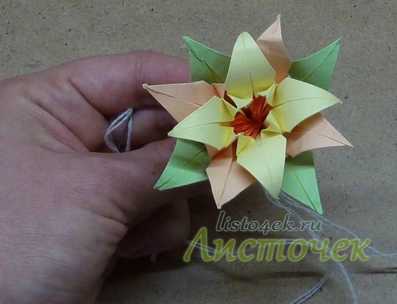 Вытаскивая нити, хорошо прижимаем серединку к центру цветка