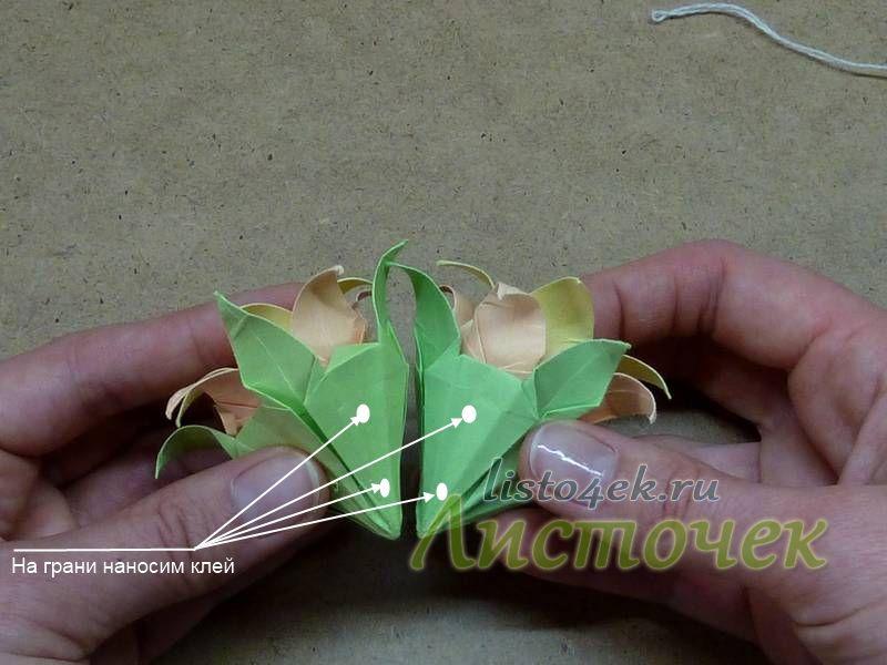 Модули одного цветка садятся на клей. Затем клей наносится на грани.