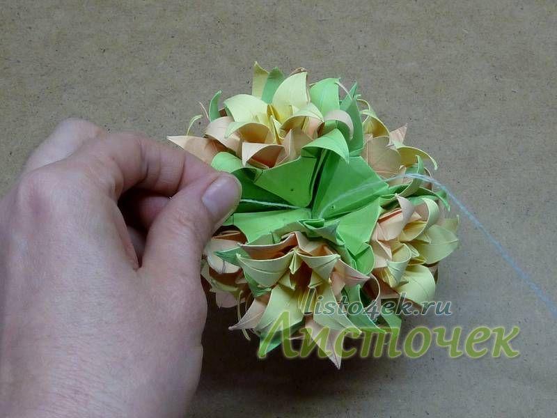 И вот собраны 11 цветков. Осматриваем кусудаму со всех сторон, распределяем цветы, добиваясь правильной шарообразной формы. Оцениваем оставшееся свободным место. Его должно хватить как раз на один цветок - последний двенадцатый