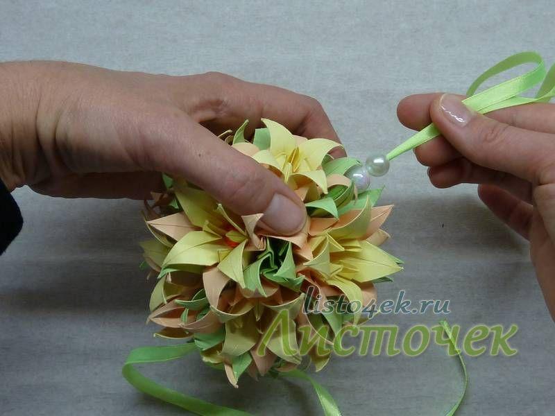 """Немного подтягиваем верхнюю петлю, чтобы нижний цветок """"сел"""" на свое место"""