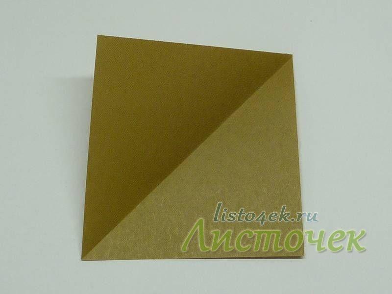 Складываем квадрат треугольником по диагонали. Согнули и разогнули