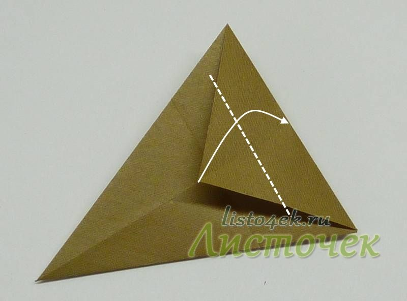 А теперь этот уголок отгибаем вверх совместив с верхней стороной полученного треугольника