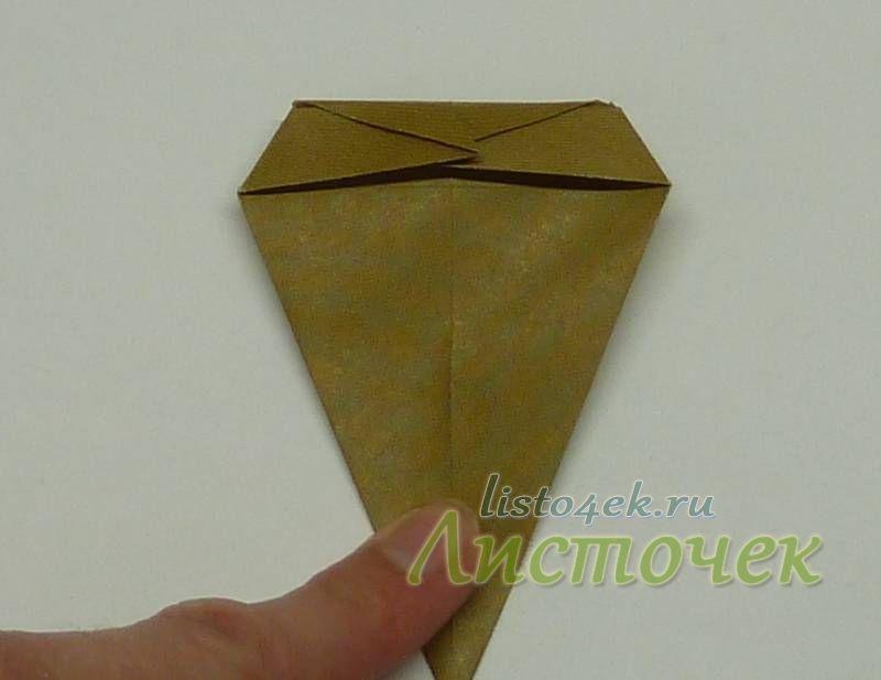 Отгибаем назад верхнюю часть фигурки по нижней границе маленького верхнего треугольника