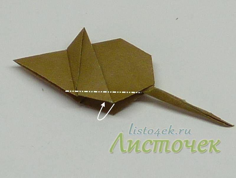Нижние уголки мышки сгибаем внутрь симметрично с обеих сторон