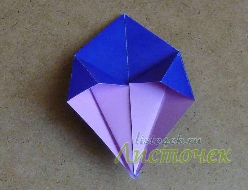 Точно также расплющиваем треугольник справа. Переворачиваем фигурку и расплющиваем еще два треугольника