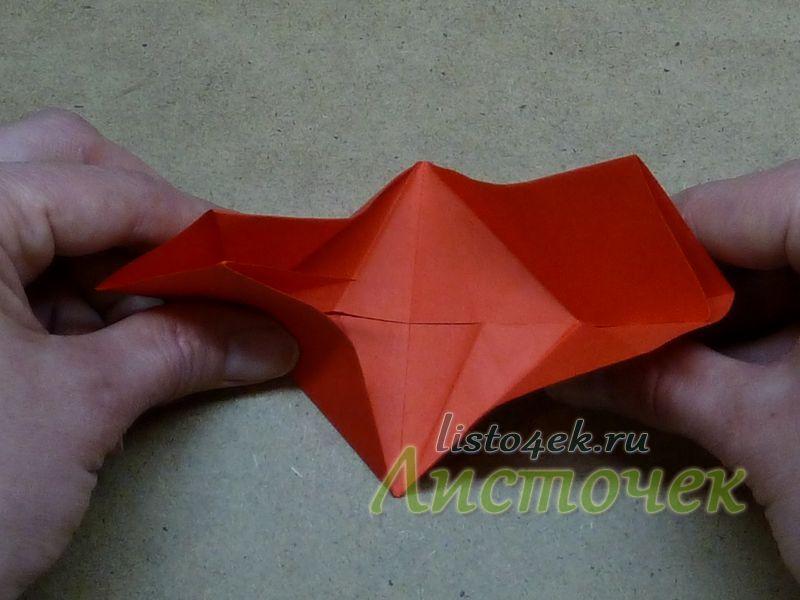 По линиям сгиба, которые образуют в середине фигурки квадрат, поднимаем стороны прямоугольника к центру