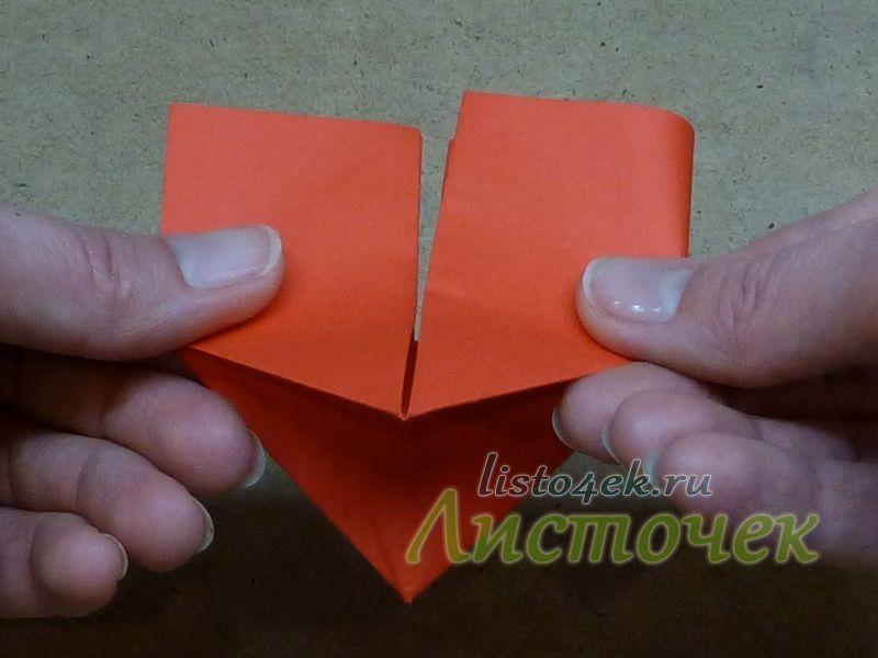 Приподнимаем фигурку и, надавливая снизу вдоль центральной оси, совмещаем противоположные углы квадрата вместе