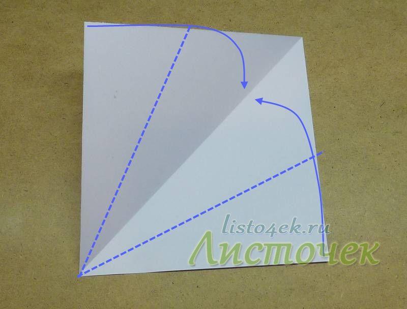 Разворачиваем. Сгибаем углы к полученной диагонали, как указано стрелочками. Одновременно стороны выравниваем по  диагонали