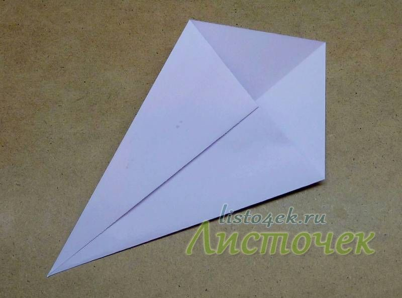 Сгибаем углы к полученной диагонали, как указано стрелочками. Одновременно стороны выравниваем по  диагонали