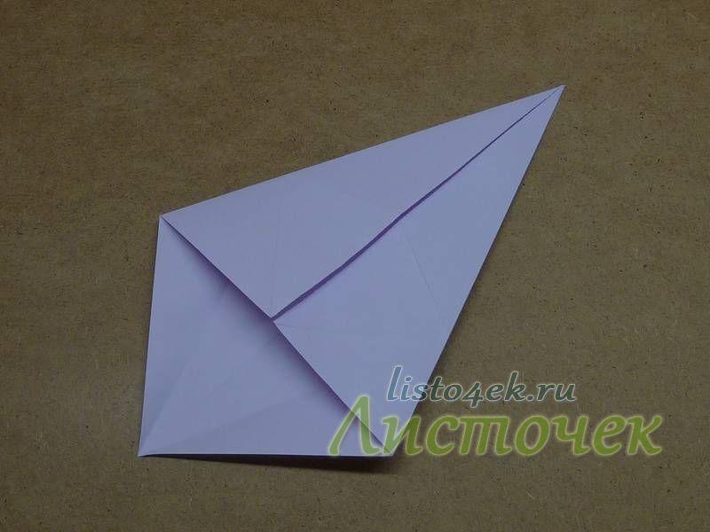 Также сгибаем два других угла  к другой диагонали, совмещая стороны с линией сгиба